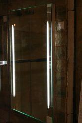 világító tükör két fénycsíkkal kapcsoló nélkül